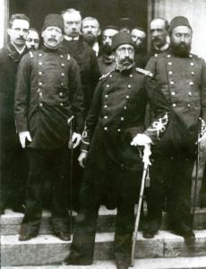 1886 Haziran'ında Fransa'ya Pasteur'den kuduz aşısı uygulamaları üzerine eğitim almaya giden ekipte (üstte-ön sırada-soldan sağa) Veteriner Hüseyin Hüsnü Bey, Müderris Zoeros Paşa ve Dr. Hüseyin Remzi Bey bulunuyordu.